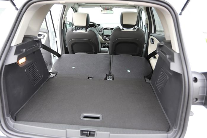 Næsten 1400 liter varerum. I van-versionen sænkes gulvet 12 cm og giver ekstra plads i forhold til personbilens 1235 liter