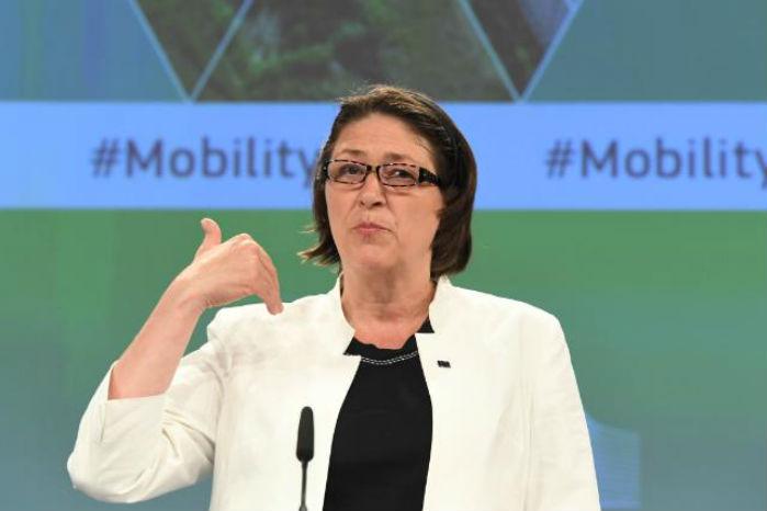 - EU har en unik mulighed for at tage lederskab inden for modernisering af vejtransporten - ikke kun inden for EU, men i hele verden, sagde transportkommissær Violeta Bulc, da vejtransportpakken blev præsenteret