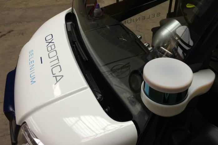 Bilen styres af bl.a. en laser (nederst til højre) i hver side