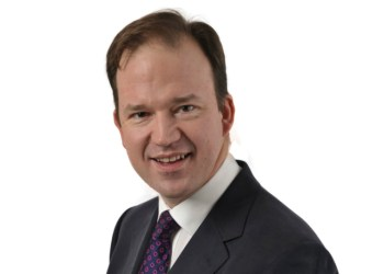 - Det bør være tilladt at føre en el-varebil på 4250 kg's totalvægt på lille kørekort, siger det engelske parlamentsmedlem Jesse Norman