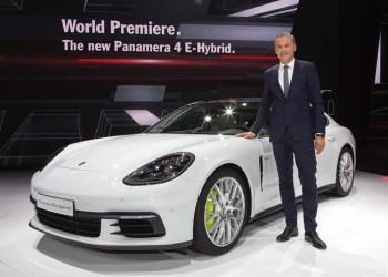 Porsche overvejer dieselmotorens fremtid, mens fokus på hybrid og rene elbiler skærpes, melder Porsche-chef Oliver Blume