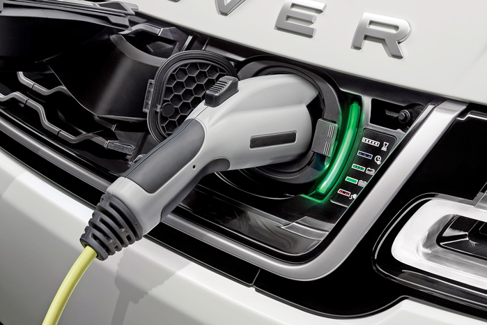 Range Rover Sport P400e kan oplades til 50 km ren elkørsel på 2 3/4 time fra en lynlader hjemme i garagen