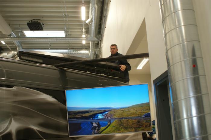 Hauke Bruhn er klatret op på bagenden for at hæve taget til sovekabinen