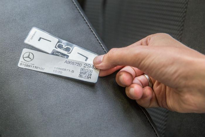 RFID-chips fastgøres på komponenten. Det er computerchips på størrelse med frimærker. De kan lagre og sende information. Den øverste er bagsiden, den nederste forsiden