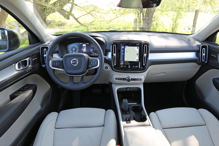 Volvos unikke cockpit i nedkogt udgave fungerer flot og funktionelt. Point til svensken