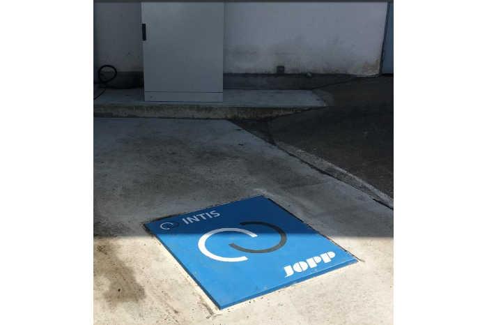 Under pladen ligger en elektrisk spole, der automatisk aktiveres, når bilen holder det rigtige sted