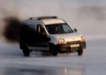 Måske verdens hurtigste Renault Kangoo - med udstødning i forskærmen og indsugning gennem taget. Foto: Olle og Lasse Andersson