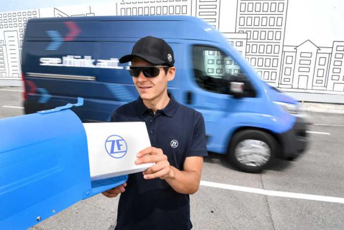 Med tablet, internetforbundne briller og en selvkørende bil tager ZF hul på fremtidens last mile-distribution. Foto: ZF