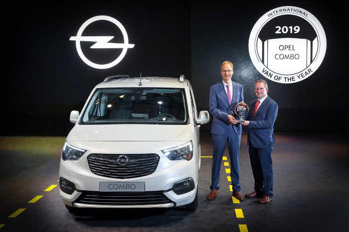 Opels CEO Michael Lohscheller modtager prisen af formanden for juryen Jarlath Sweeny (th)