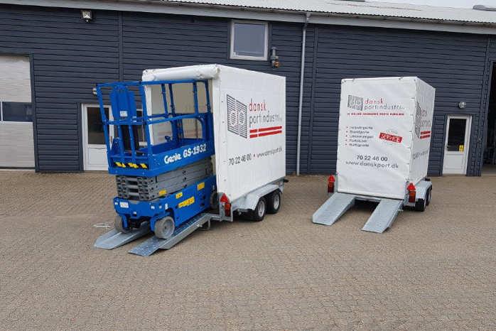 Den ny, lukkede lifttrailer fra Jøma Lift Teknik passer fint til en sakselift som denne fra Genie. Dansk Portindustri har foreløbig investeret i to styk. Foto: PR