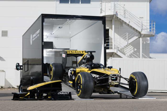 Raceren kan rulles ind og ud af varebilen på cirka 15 minutter af én mand. Foto: Renault