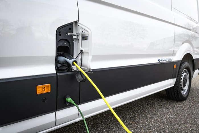 Driftsbatteri og kølebatteri oplades med hvert sit stik