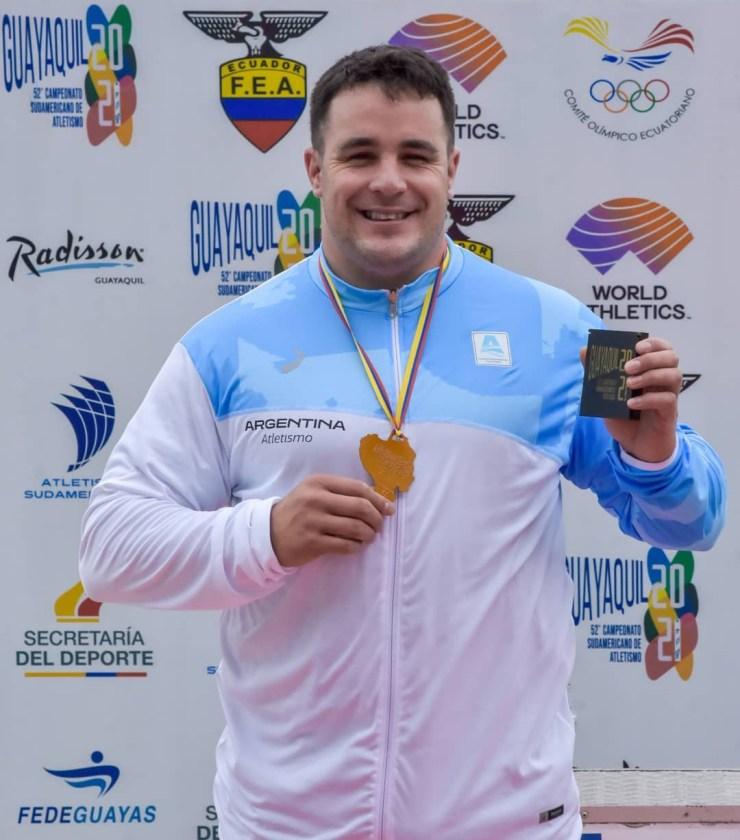 Nacho Carballo con la medalla de bronce en Guayaquil.