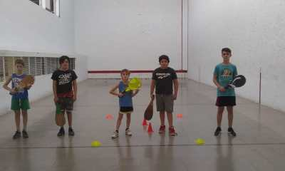 Los chicos que pertenecen a la escuela de Central Argentino en pelota paleta.