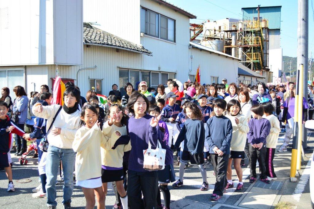 Rombongan Anak SD entah ikut parade atau cuma nonton