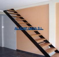 escalera de hierro con escalones de madera