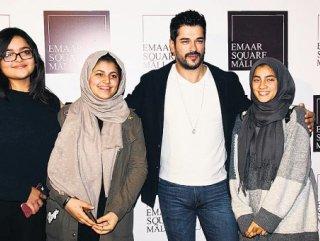 Burak Özçivit'i görmeye Dubai'den geldiler