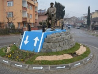 60 yıldır bisiklete binen vatandaşın heykeli dikildi