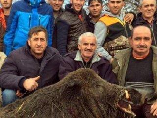 Domuzu vuran avcılar fotoğraf çekildi