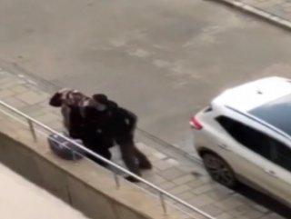 Sokak ortasında karısını darp eden koca yakalandı