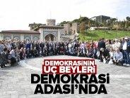 Demokrasinin uç beyleri Demokrasi Adası'nda.