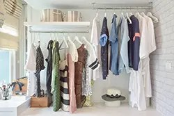 見せる収納でスッキリオシャレ。クローゼットがない部屋の洋服収納術