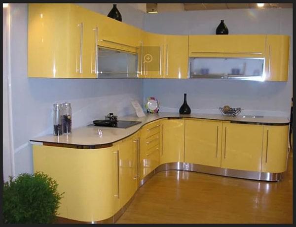 مطبخ مودرن بالوان مبهجة بدرجات الوان فاتحة بين الاصفر والاوف وايت اجمل الوان المطابخ المودرن