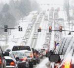 اليابان.. الجيش يتدخل لانقاذ 280 سيارة عالقة بعاصفة ثلجية