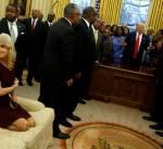 قلة احترام مستشارة ترامب داخل المكتب البيضاوي تثير جدلاً على مواقع التواصل