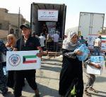 """""""الكويت بجانبكم"""" توزع مواد غذائية ومياه الشرب في الجانب الأيمن من الموصل"""