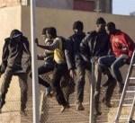 مهاجرون يقتحمون السياج الحدودي بين المغرب وإسبانيا