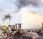 """""""الإطفاء"""": 7 فرق إطفاء أخمدت حريق مستودع منطقة ميناء عبدالله الصناعية"""