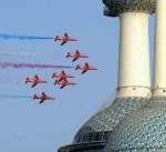 """""""الأسهم الحمراء"""" البريطانية تستعرض طائراتها في سماء الكويت"""