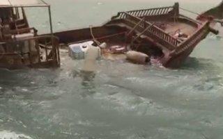 """""""الإطفاء"""": انقاذ 6 أشخاص غرقت سفينتهم الخشبية بالقرب من ميناء الدوحة"""