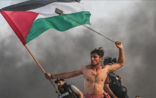 «أيقونة المقاومة الفلسطينية» مُصر على المواصلة رغم إصابته 