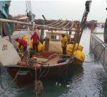 فريق الغوص ينتشل سفينة خشبية غارقة في نقعة الفحيحيل زنتها 30 طنا