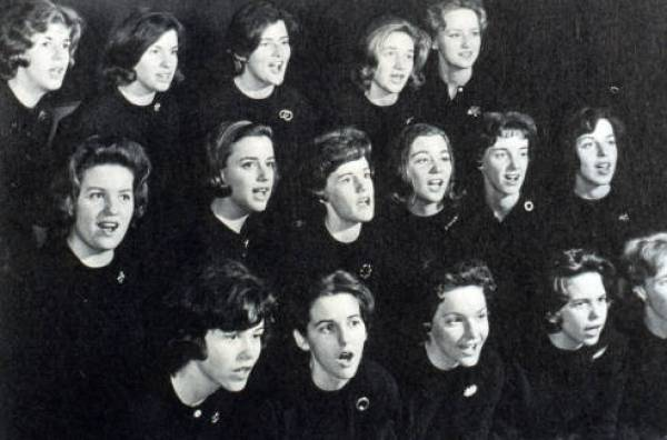 Students_singing_in_a_performance