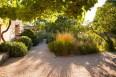 Vista desde la parra de un jardín rural estilo mediterráneo
