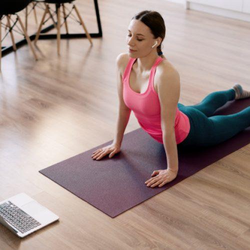 mujer realizando ejercício de curso de pilates online