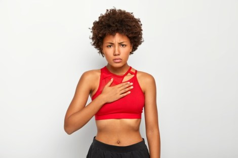 mujer afroamericana fitness con enfermedades reumáticas