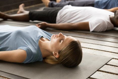Mujer realizando principio de respiración en pilates