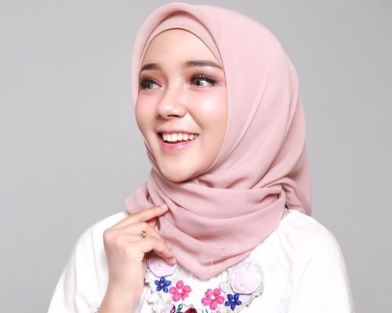 Buat Hijab Lebih Maju ke Depan Untuk Menutupi Wajah Bulat