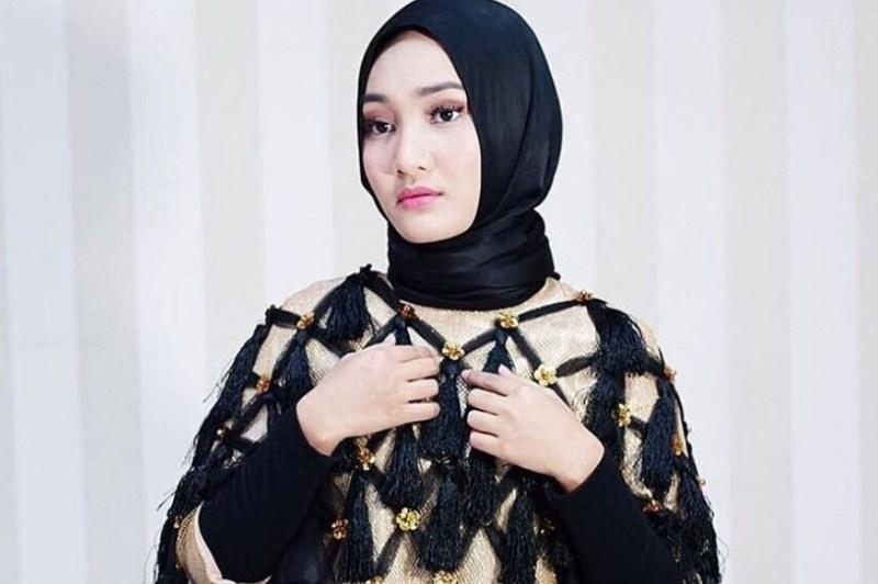 Ikat Hijab Melingkar Pada Bagian Leher Tanpa Lipatan Sisi Wajah