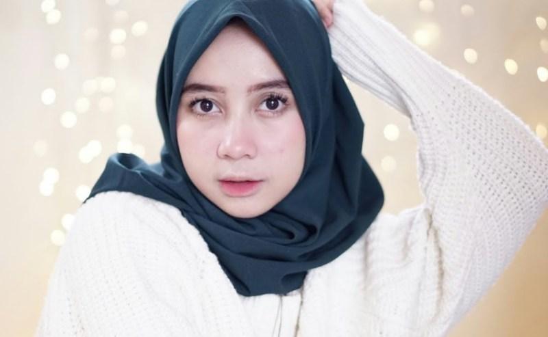 Tonjolkan Wajah Bulat dengan Hijab Sederhana