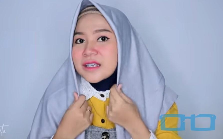 Tutorial Hijab Segi Empat Sederhana Syari untuk Wajah Bulat Pasang Hijab Segi Empat dengan Sisi Sama Panjang