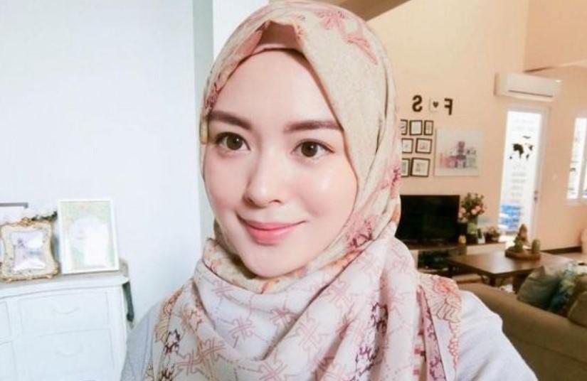 Pilih Style Hijab Wajah Bulat Melingkar di Leher Atau Jatuh Ke Bahu