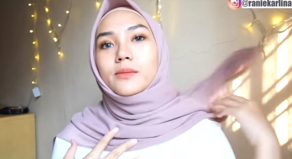 Cara Memakai Jilbab Segi Empat Kreasi Sederhana, Modern dan Kekinian, Rapikan Sisi Hijab Lainnya Lalu Arahkan ke Belakang