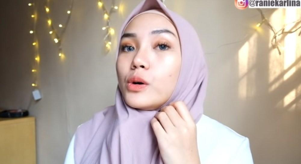 Cara Memakai Jilbab Segi Empat Modis, Sederhana dan Cantik, Atur Jilbab dengan Rapi Lalu Sematkan Peniti Dibawah Dagu