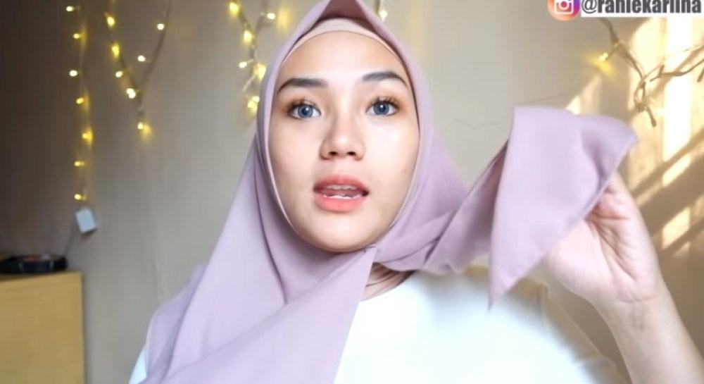 Cara Memakai Jilbab Segi Empat Modis, Sederhana dan Cantik, Bawa Sisi Hijab yang Pendek ke Arah Berlawanan Seperti Pada Gambar