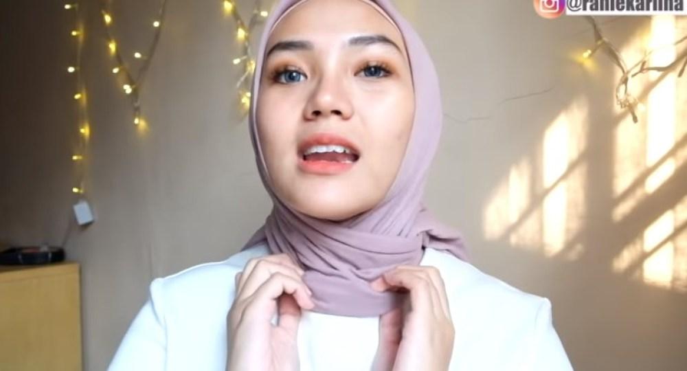 Cara Memakai Jilbab Segi Empat Sederhana untuk Wajah Bulat, Rapikan Bagian Depan Jilbab Agar Terlihat Cantik
